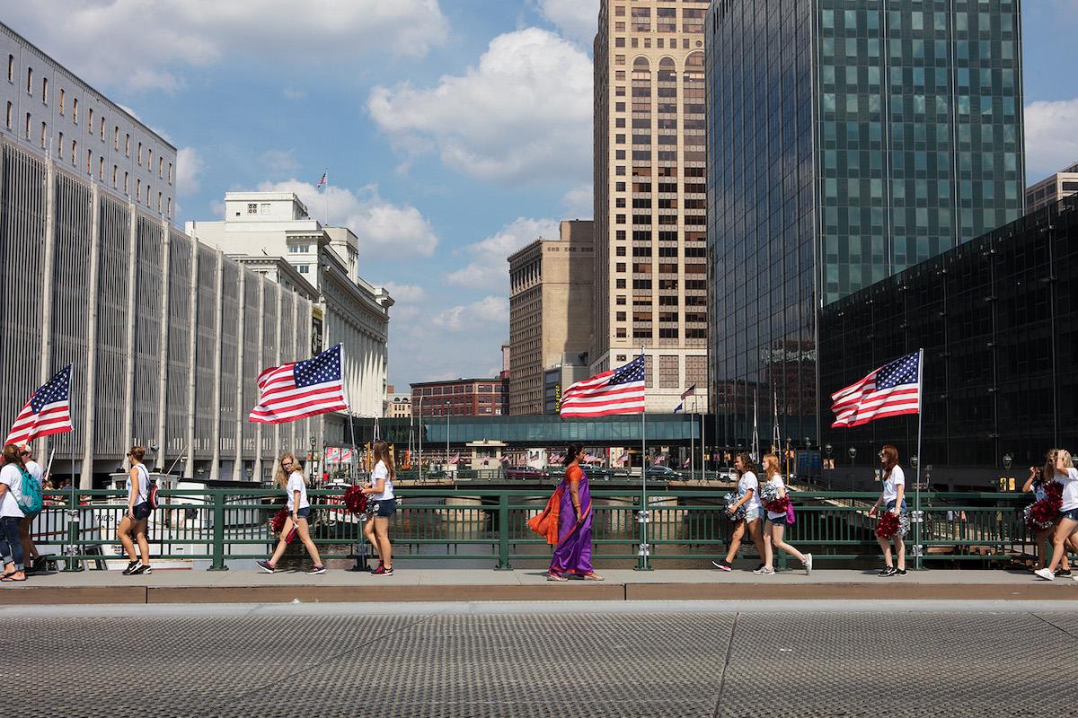一张穿着纱丽的妇女在芝加哥市中心散步的照片